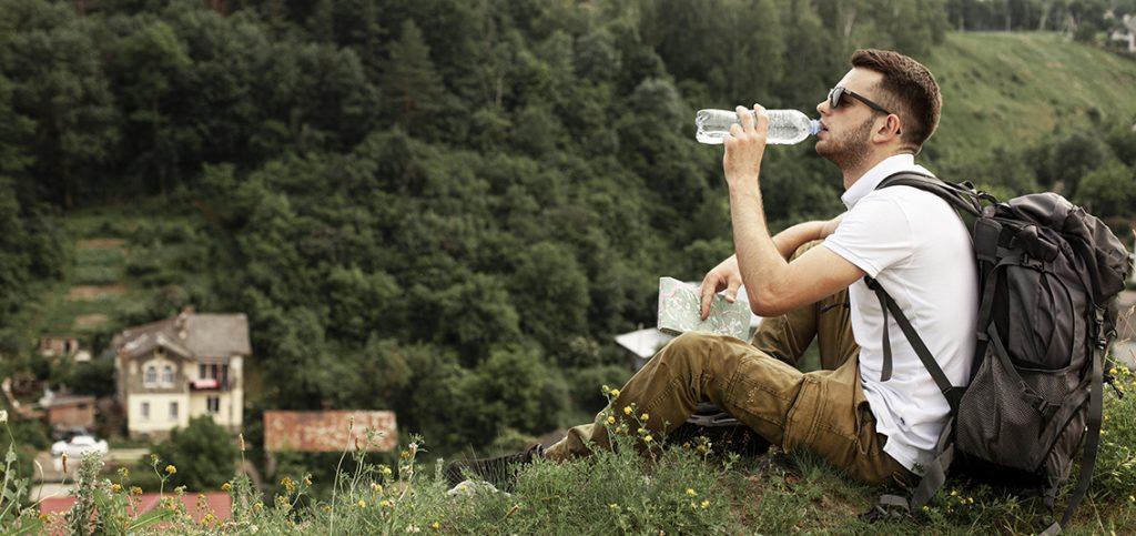 hiker drinkt water in natuur